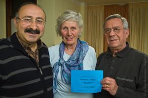 Gruppenfoto: Dr. Ömer Lütfi Yavuz, Kassierer des Treffpunkt Waldsiedlung e.V., mit Anna-Maria Ittermann und Herbert Baczewski.
