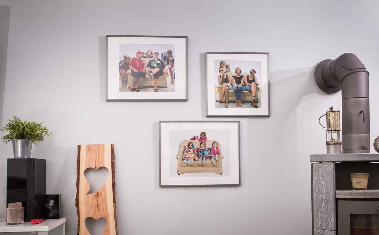 Drei Multi-Portraits, gerahmt, links ein Stück Brett mit Aussparungen.